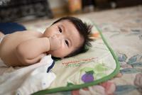 横になる赤ちゃん 11023020356| 写真素材・ストックフォト・画像・イラスト素材|アマナイメージズ
