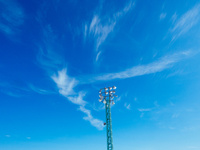 青空と照明灯 11023020596| 写真素材・ストックフォト・画像・イラスト素材|アマナイメージズ