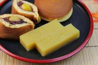 芋羊羹とどら焼き 11023021381| 写真素材・ストックフォト・画像・イラスト素材|アマナイメージズ