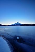 薄暮の頃の富士山と山中湖 11023021696| 写真素材・ストックフォト・画像・イラスト素材|アマナイメージズ