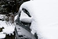 車に積もった雪 11023022004| 写真素材・ストックフォト・画像・イラスト素材|アマナイメージズ