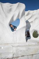 未来心の丘で遊ぶ子供 11023022060| 写真素材・ストックフォト・画像・イラスト素材|アマナイメージズ