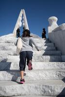 未来心の丘で遊ぶ子供 11023022061| 写真素材・ストックフォト・画像・イラスト素材|アマナイメージズ