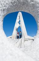 未来心の丘で遊ぶ子供 11023022062| 写真素材・ストックフォト・画像・イラスト素材|アマナイメージズ