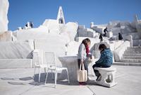 未来心の丘で遊ぶ子供 11023022068| 写真素材・ストックフォト・画像・イラスト素材|アマナイメージズ