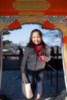 耕三寺で女の子 11023022102| 写真素材・ストックフォト・画像・イラスト素材|アマナイメージズ