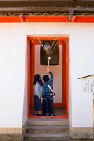 鐘を突く子供 11023022103| 写真素材・ストックフォト・画像・イラスト素材|アマナイメージズ