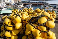 小田原漁港の陸揚げされた漁具 11023022130| 写真素材・ストックフォト・画像・イラスト素材|アマナイメージズ