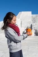 未来心の丘で遊ぶ子供 11023022287| 写真素材・ストックフォト・画像・イラスト素材|アマナイメージズ