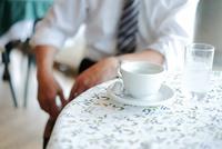 カフェで休憩するビジネスマン 11023022518| 写真素材・ストックフォト・画像・イラスト素材|アマナイメージズ