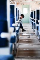 鉄道に乗る少年 11023022648| 写真素材・ストックフォト・画像・イラスト素材|アマナイメージズ