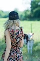 woman in sundress walking toward cow 11025003681  写真素材・ストックフォト・画像・イラスト素材 アマナイメージズ
