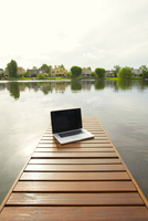 Laptop computer on lake pier 11025009447| 写真素材・ストックフォト・画像・イラスト素材|アマナイメージズ