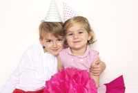 Brother and sister wearing party hats, portrait 11025009481| 写真素材・ストックフォト・画像・イラスト素材|アマナイメージズ