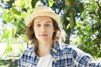 Young man, portrait 11025010009| 写真素材・ストックフォト・画像・イラスト素材|アマナイメージズ