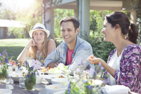 Friends chatting while enjoying healthy meal together 11025010074| 写真素材・ストックフォト・画像・イラスト素材|アマナイメージズ