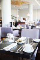Place settings for breakfast in modern dining room 11025010141| 写真素材・ストックフォト・画像・イラスト素材|アマナイメージズ
