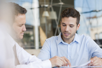 Insurance agent explaining contact to client 11025010148| 写真素材・ストックフォト・画像・イラスト素材|アマナイメージズ