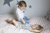 Children playing doctor with toy stethoscope 11025010345| 写真素材・ストックフォト・画像・イラスト素材|アマナイメージズ
