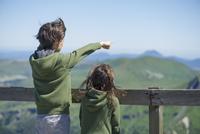 Children looking at mountain view 11025010352| 写真素材・ストックフォト・画像・イラスト素材|アマナイメージズ
