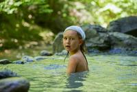 Girl bathing in natural pool 11025010418| 写真素材・ストックフォト・画像・イラスト素材|アマナイメージズ