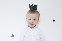 Little boy wearing paper crown, portrait 11025010435| 写真素材・ストックフォト・画像・イラスト素材|アマナイメージズ