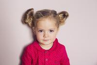 Little girl, portrait 11025010440| 写真素材・ストックフォト・画像・イラスト素材|アマナイメージズ