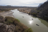 Tourists canoeing on the Rio Grande in Big Bend National Park, Texas, USA 11025010537| 写真素材・ストックフォト・画像・イラスト素材|アマナイメージズ