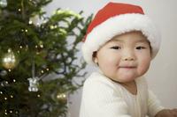 クリスマスの赤ちゃん(10ヶ月) 11026012802| 写真素材・ストックフォト・画像・イラスト素材|アマナイメージズ