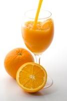 注ぐオレンジジュース