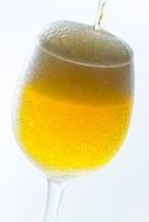 注ぐビール