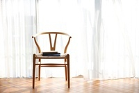 窓辺の椅子と本