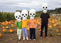 Man with three children in pumpkin patch 11027002873| 写真素材・ストックフォト・画像・イラスト素材|アマナイメージズ