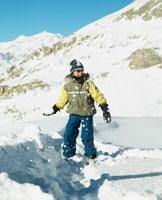 Girl holding snowball 11027003676  写真素材・ストックフォト・画像・イラスト素材 アマナイメージズ