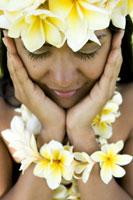 Hula dancer wearing flowers 11029000040| 写真素材・ストックフォト・画像・イラスト素材|アマナイメージズ