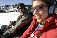 Couple wearing headphones in the snow 11029000175| 写真素材・ストックフォト・画像・イラスト素材|アマナイメージズ