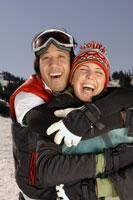 Couple hugging on ski slope 11029000192| 写真素材・ストックフォト・画像・イラスト素材|アマナイメージズ