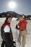 Couple walking up slope 11029000196| 写真素材・ストックフォト・画像・イラスト素材|アマナイメージズ