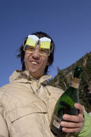 Man wearing beer goggles with champagne 11029000213| 写真素材・ストックフォト・画像・イラスト素材|アマナイメージズ