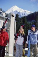 Skiers holding skis 11029000295| 写真素材・ストックフォト・画像・イラスト素材|アマナイメージズ