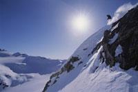 Skier skiing down steep slope 11029000319| 写真素材・ストックフォト・画像・イラスト素材|アマナイメージズ