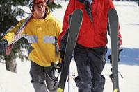 Skiers walking together 11029000327| 写真素材・ストックフォト・画像・イラスト素材|アマナイメージズ