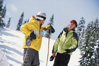 Skiing couple talking 11029000328| 写真素材・ストックフォト・画像・イラスト素材|アマナイメージズ