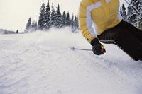 Skier going downhill sideways 11029000334| 写真素材・ストックフォト・画像・イラスト素材|アマナイメージズ