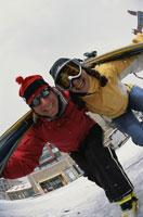 Skiing couple smiling 11029000335| 写真素材・ストックフォト・画像・イラスト素材|アマナイメージズ