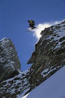 Skier going down rocky mountain 11029000338| 写真素材・ストックフォト・画像・イラスト素材|アマナイメージズ
