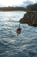 Man falling off cliff into ocean, Hawaii 11029000411  写真素材・ストックフォト・画像・イラスト素材 アマナイメージズ