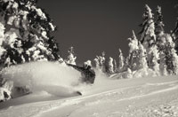 Snowboarder snowboarding down slope 11029000574| 写真素材・ストックフォト・画像・イラスト素材|アマナイメージズ