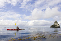 Person kayaking in ocean 11029000747| 写真素材・ストックフォト・画像・イラスト素材|アマナイメージズ