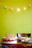 Birthday cake with 100 candles 11029000839| 写真素材・ストックフォト・画像・イラスト素材|アマナイメージズ